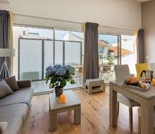 patios-eugenie-biarritz-aquitaine-woonkamer-balkon-220x190.jpg